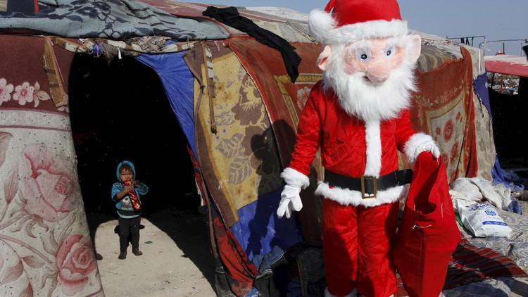 متطوع ارتدى زي بابا نويل في مخيم عراقي ليوزع الهدايا على الاطفال